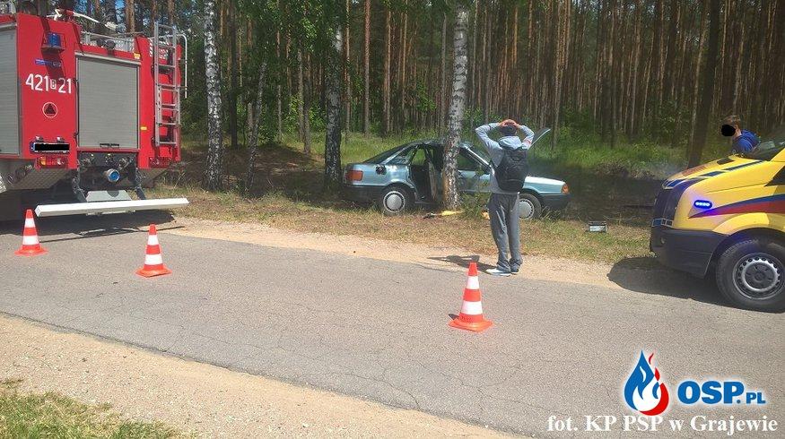 Audi uderzyło w drzewo OSP Ochotnicza Straż Pożarna