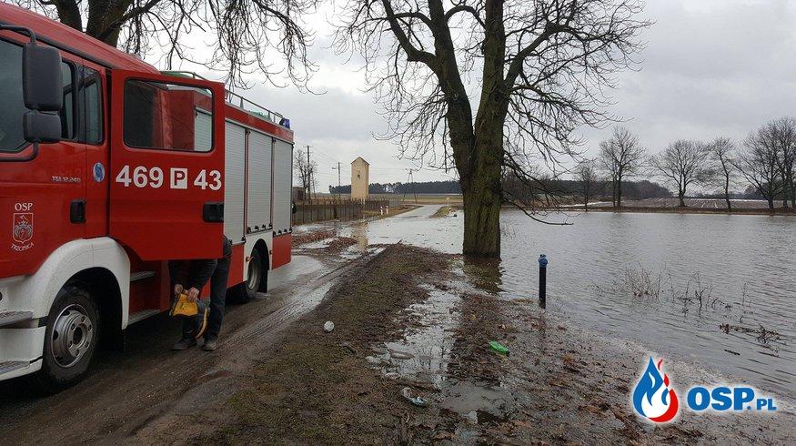 Zalana droga w miejscowości Siemionka OSP Ochotnicza Straż Pożarna