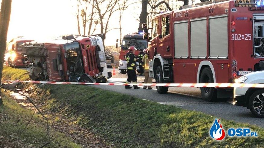 Kierowca zawracał korytarzem ratunkowym, wóz strażacki wylądował na boku. Ranni strażacy. OSP Ochotnicza Straż Pożarna