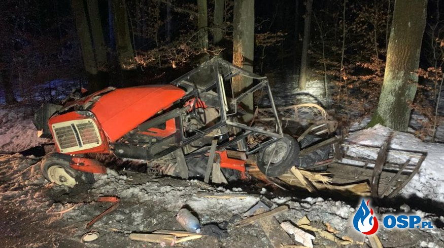 Pijany kierowca auta zderzył się z traktorem. Dwie osoby w szpitalu. OSP Ochotnicza Straż Pożarna