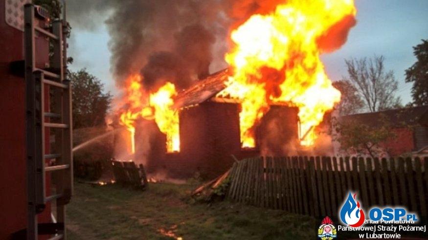 Groźny pożar domu w powiecie lubartowskim. W akcji 7 zastępów strażaków. OSP Ochotnicza Straż Pożarna