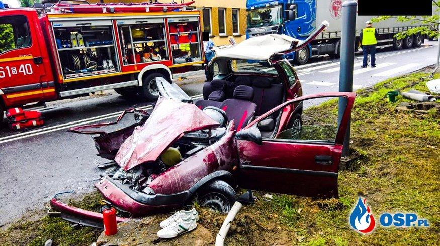 Czworo 18-latków zakleszczonych w corsie. Samochód zderzył się z ciężarówką. OSP Ochotnicza Straż Pożarna