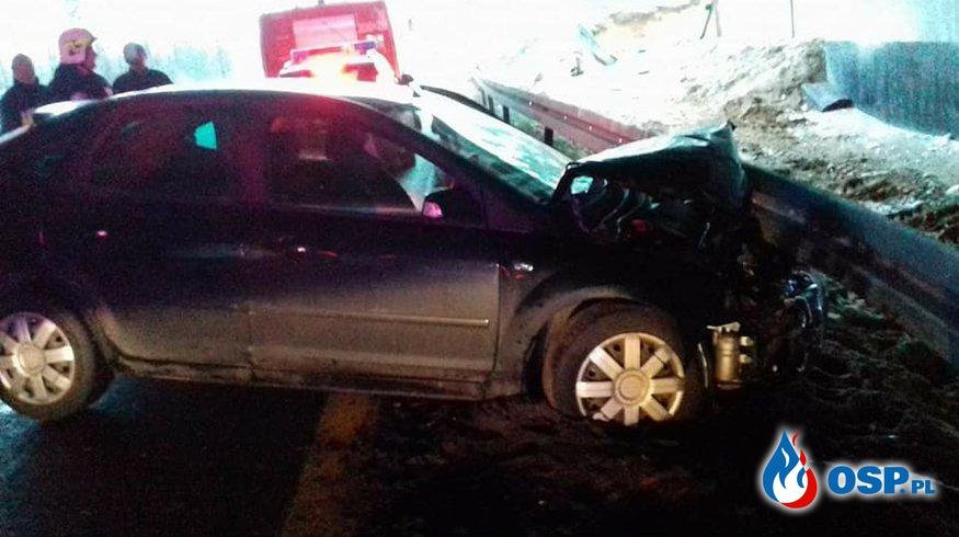 DK16 Naglady-Olsztyn, samochód osobowy uderzył w barierki OSP Ochotnicza Straż Pożarna