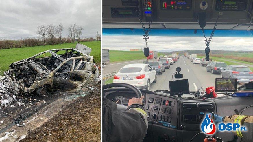 """Wypadek i pożar samochodu na A4. Strażacy chwalą kierowców za """"korytarz ratunkowy"""". OSP Ochotnicza Straż Pożarna"""