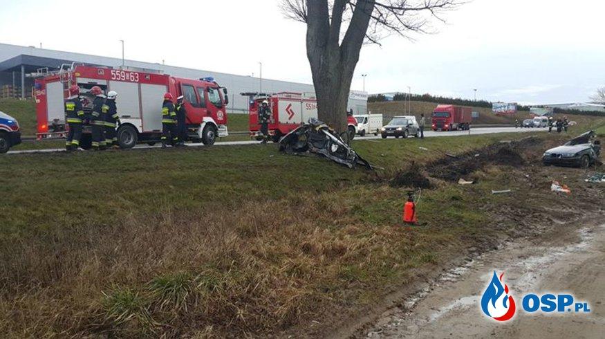 BMW uderzyło w drzewo i rozpadło się na dwie części. OSP Ochotnicza Straż Pożarna
