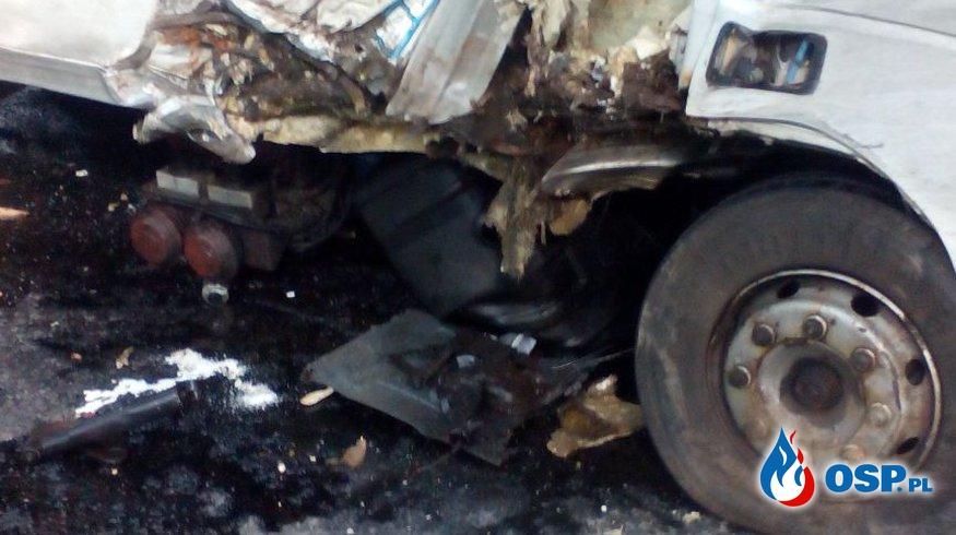 Uderzył w drzewo - rozbił zbiornik z paliwem OSP Ochotnicza Straż Pożarna