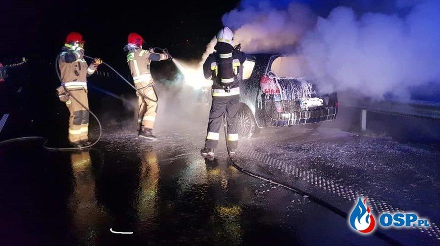 Samochód zapalił się podczas jazdy. Pożar na S6 pod Kołobrzegiem. OSP Ochotnicza Straż Pożarna
