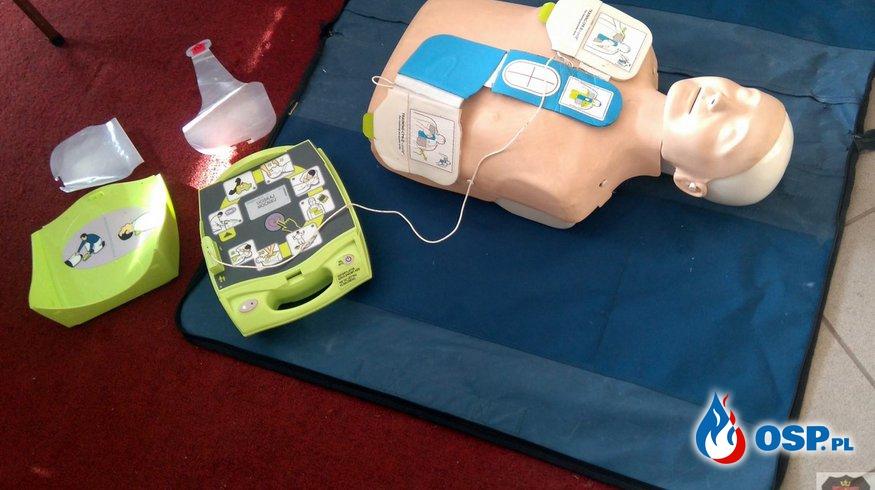 Defibrylator AED w rękach naszej młodzieży z MDP OSP Ochotnicza Straż Pożarna