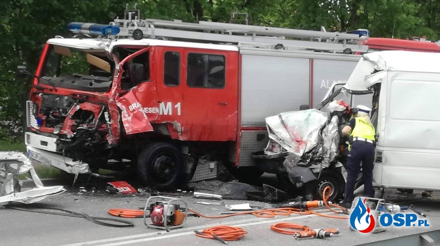 """Czołowe zderzenie busa z """"prywatnym wozem strażackim"""". OSP Ochotnicza Straż Pożarna"""