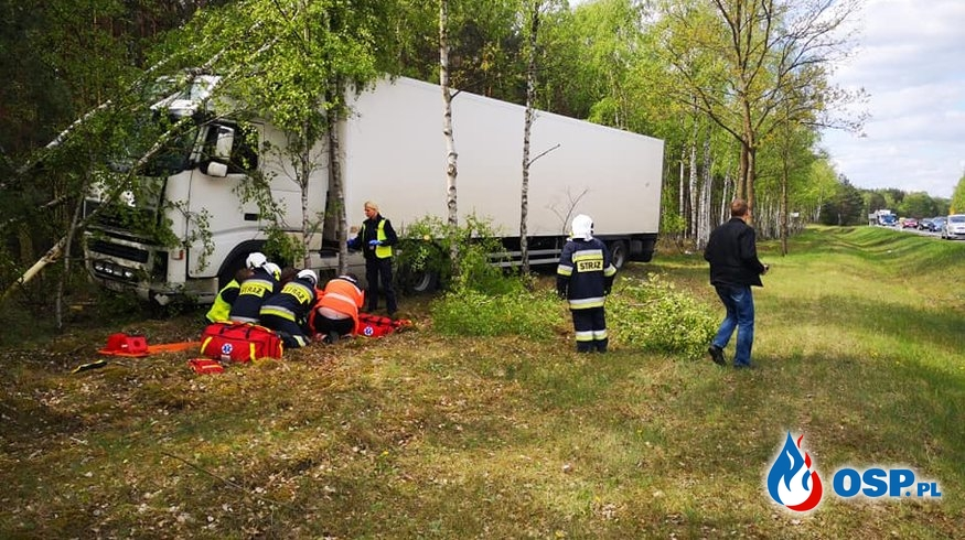 Ciężarówka wjechała w las. Kierowca trafił do szpitala. OSP Ochotnicza Straż Pożarna
