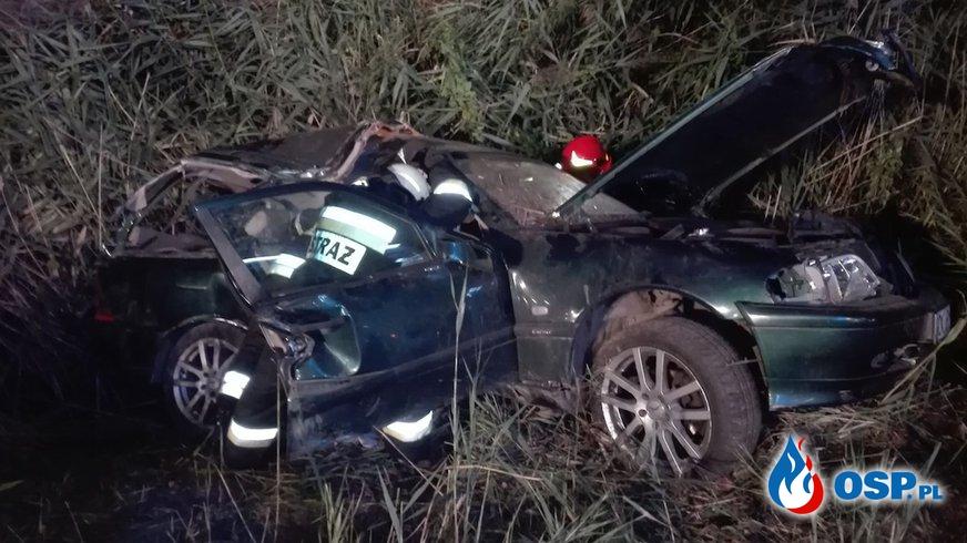 Mercedes z trójką nastolatków rozbił się na drzewie. Kierowca pijany i bez prawa jazdy. OSP Ochotnicza Straż Pożarna