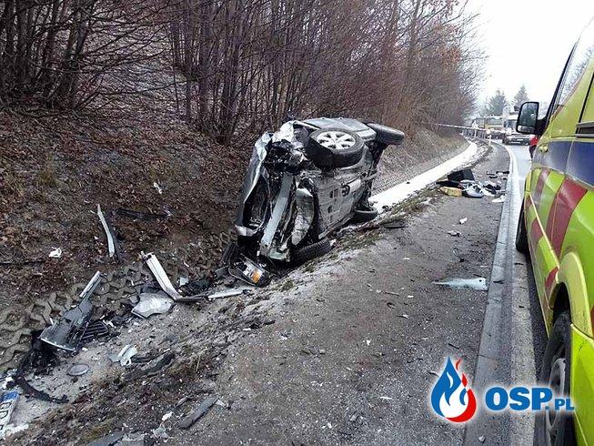 Czołowe zderzenie volkswagena i volvo. Dwie młode osoby zginęły na miejscu. OSP Ochotnicza Straż Pożarna