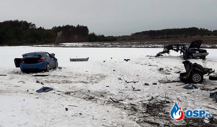 Sportowe BMW z impetem uderzyło w Subaru. Auto rozpadło się na części. OSP Ochotnicza Straż Pożarna