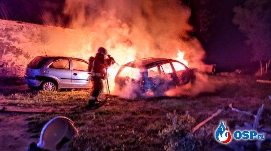 Dwa samochody spłonęły w nocnym pożarze OSP Ochotnicza Straż Pożarna