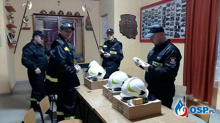 Zestaw specjalistycznych ubrań dla ratowników. OSP Ochotnicza Straż Pożarna