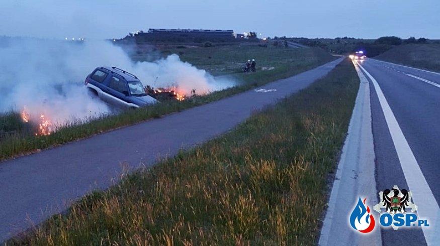Pijany kierowca bez prawa jazdy wpadł autem do rowu. Wybuchł pożar. OSP Ochotnicza Straż Pożarna