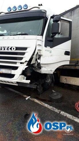 Czołowe zderzenie auta osobowego z ciężarówką. Dwie ofiary śmiertelne. OSP Ochotnicza Straż Pożarna