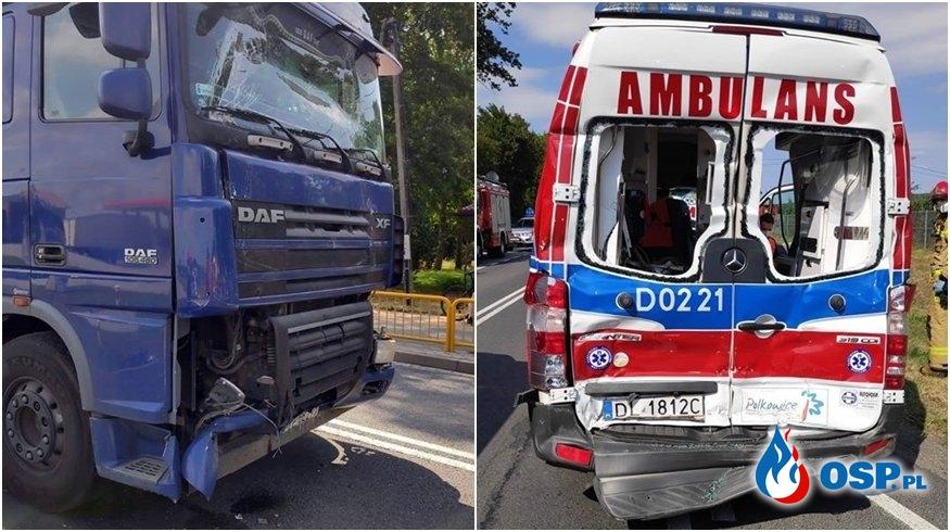 Wypadek karetki pogotowia na DK12. Ucierpiał przewożony w ambulansie pacjent. OSP Ochotnicza Straż Pożarna