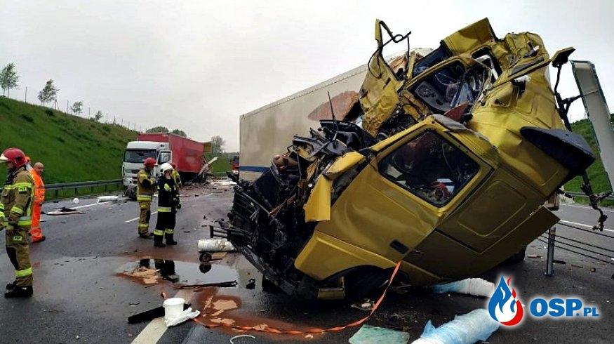 Kabina ciężarówki całkowicie zmiażdżona po wypadku pod Lublinem OSP Ochotnicza Straż Pożarna
