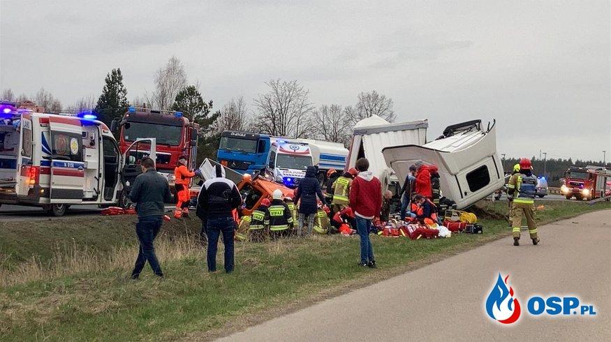 2 osoby nie żyją, 4 są ranne. Tragiczny wypadek podczas wyprzedzania na DK16. OSP Ochotnicza Straż Pożarna