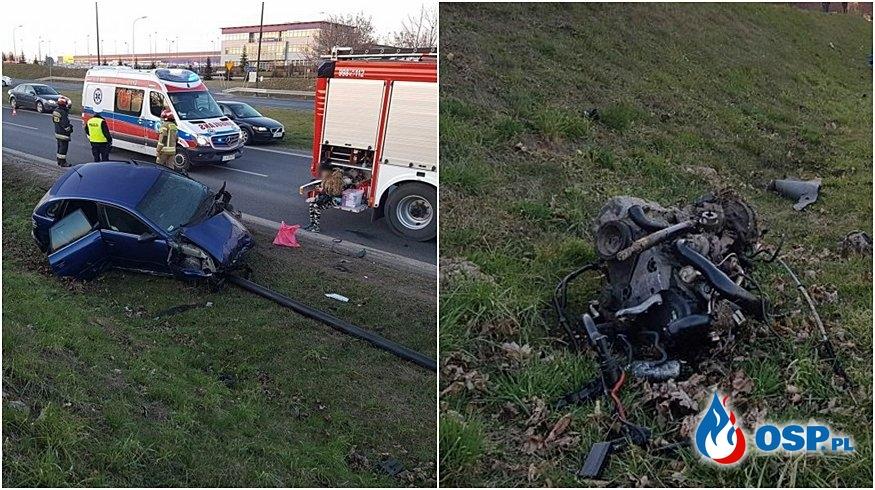 Silnik wypadł z auta po zderzeniu. Zniszczone dwa auta i latarnia. OSP Ochotnicza Straż Pożarna
