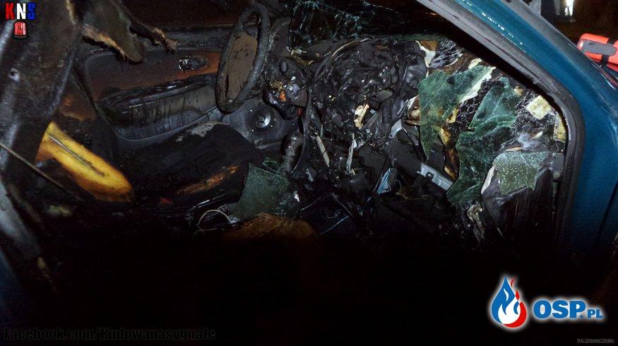 Pożar samochodu na parkingu. OSP Ochotnicza Straż Pożarna