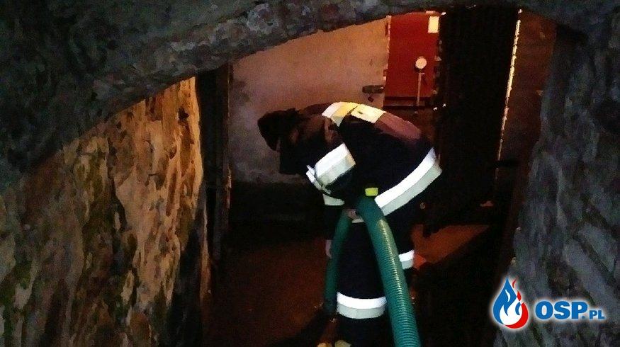 Zalana piwnica i kotłownia. OSP Ochotnicza Straż Pożarna