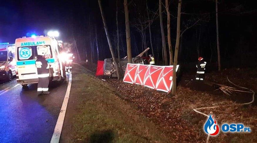 BMW uderzyło w drzewo. Nie żyją 4 młode osoby. OSP Ochotnicza Straż Pożarna