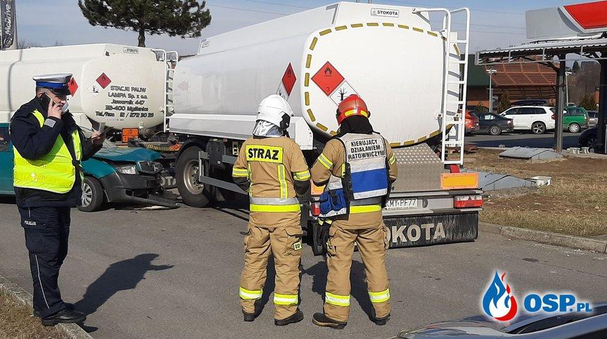 Kolizja samochodu osobowego z przyczepą cysterny na stacji paliw - 7 marca 2021r. OSP Ochotnicza Straż Pożarna