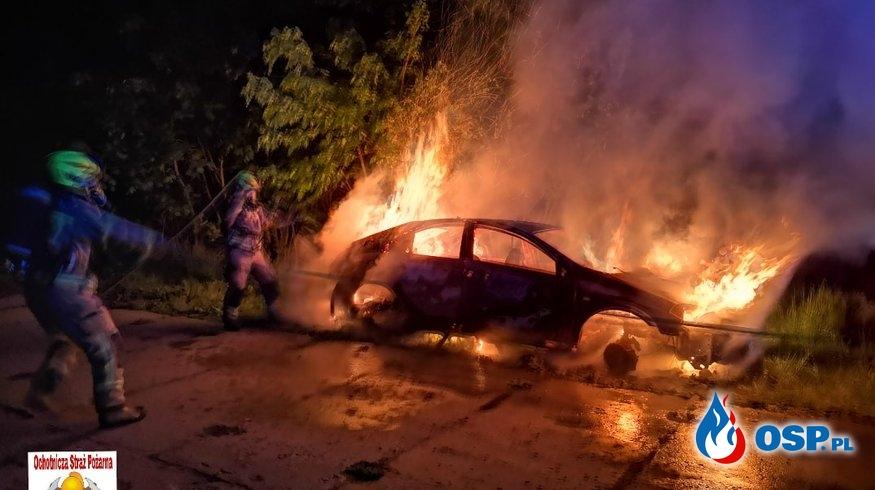 Pożar samochodu na DK20. Nocna akcja OSP Złocieniec. OSP Ochotnicza Straż Pożarna