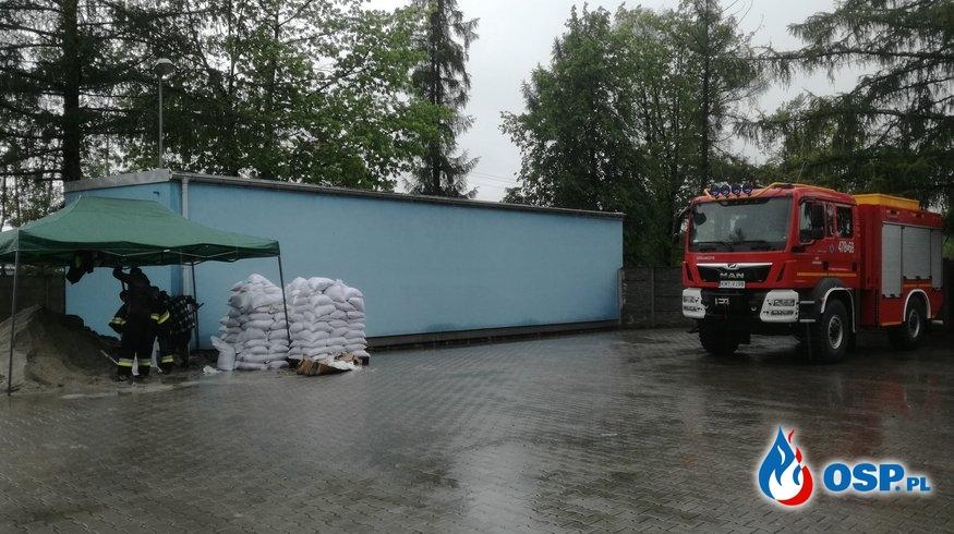 Działania przeciwpowodziowe, wypełnianie worków piaskiem - 23 maja 2019r. OSP Ochotnicza Straż Pożarna