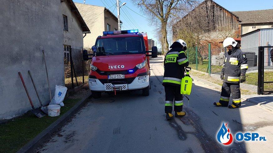 Neutralizacja plamy oleju na ul. Wodnej oraz ul. Lipskiej w Lubecku. OSP Ochotnicza Straż Pożarna