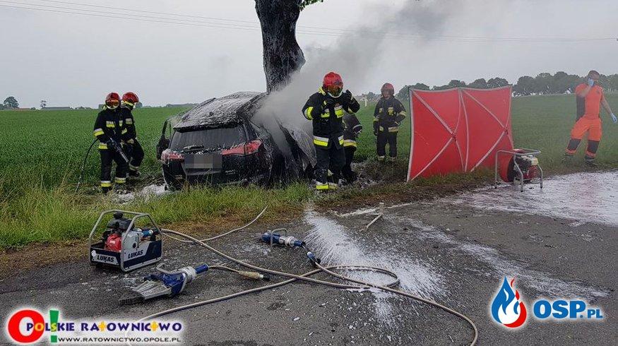 Kierowca toyoty spłonął zakleszczony w samochodzie po uderzeniu w drzewo. OSP Ochotnicza Straż Pożarna