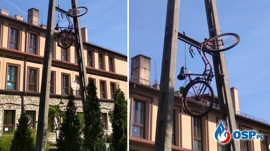 Strażacy wezwani do... roweru zawieszonego na słupie energetycznym. OSP Ochotnicza Straż Pożarna