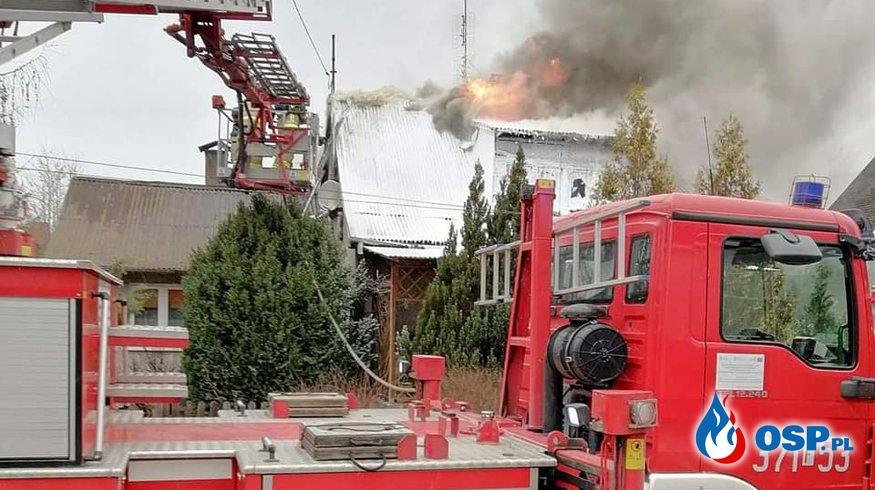 Groźny pożar domu w Skwierzynie. W akcji 8 zastępów strażaków. OSP Ochotnicza Straż Pożarna