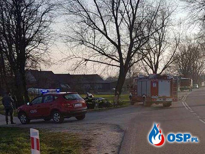 Policjant zginął w wypadku. Jego auto roztrzaskało się o drzewo. OSP Ochotnicza Straż Pożarna