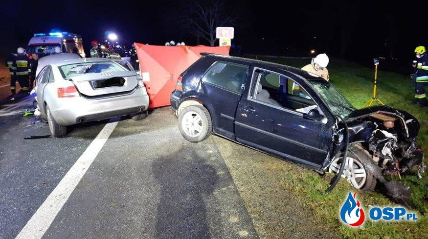 Tragiczne zderzenie trzech aut, z jednego wypadł silnik. Zginęła młoda kobieta. OSP Ochotnicza Straż Pożarna