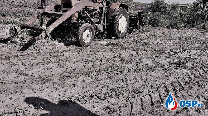 Przewrócony ciągnik rolniczy pod którym znajdował sie kierowca.(wypadek śmiertelny ) OSP Ochotnicza Straż Pożarna