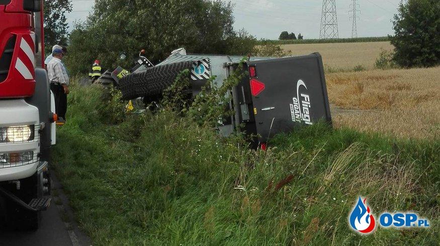 Ciągnik rolniczy w rowie / Urwane koło w kombajnie OSP Ochotnicza Straż Pożarna