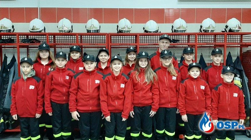 Strażacka młodzież w nowiutkich mundurkach OSP Ochotnicza Straż Pożarna