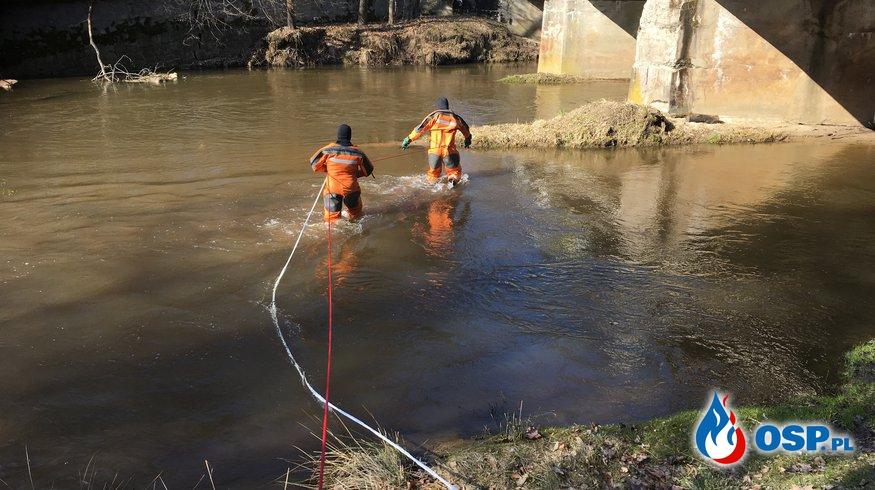 Pomoc Policji w wyciągnięciu zwłok z rzeki. OSP Ochotnicza Straż Pożarna