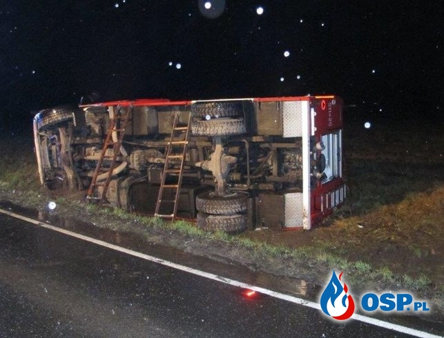 Wypadek wozu strażackiego w drodze do akcji. Scania przewróciła się na bok. OSP Ochotnicza Straż Pożarna