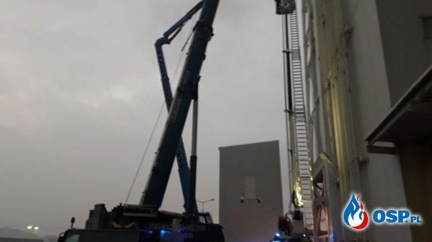 Akcja na wysokości. Strażacy ewakuowali robotników z zepsutego podnośnika. OSP Ochotnicza Straż Pożarna