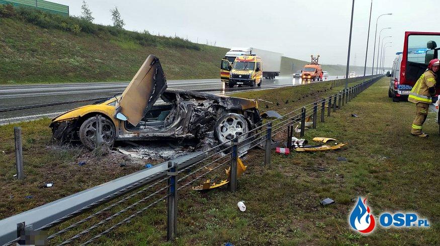Lamborghini rozbiło się na A1 i stanęło w płomieniach. Pomogli strażacy, którzy jechali akurat na szkolenie. OSP Ochotnicza Straż Pożarna