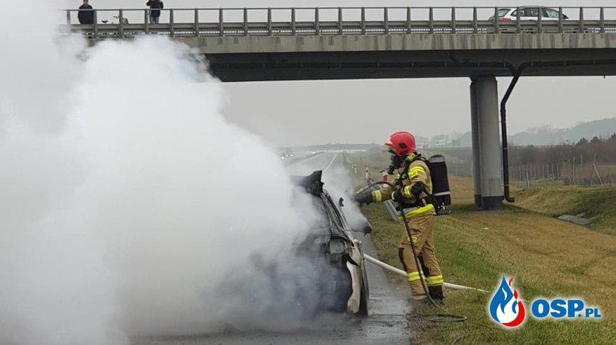 Pożar auta osobowego na A2. OSP Ochotnicza Straż Pożarna