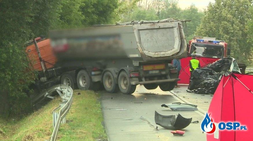 Makabryczny wypadek w Łódzkiem. Matka i córka zginęły w czołowym zderzeniu samochodu z ciężarówką. OSP Ochotnicza Straż Pożarna