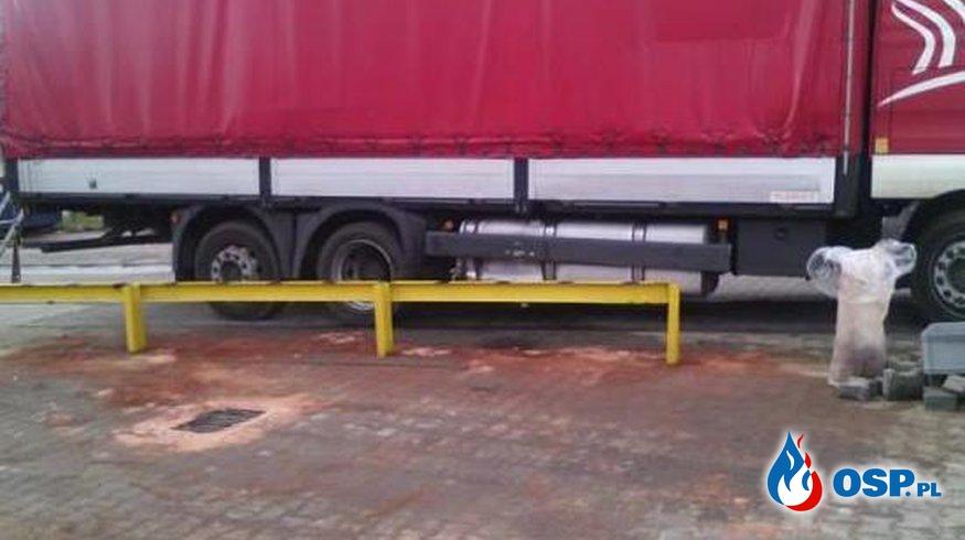 Amica Wronki - uszkodzony zbiornik paliwa samochodu ciężarowego. OSP Ochotnicza Straż Pożarna