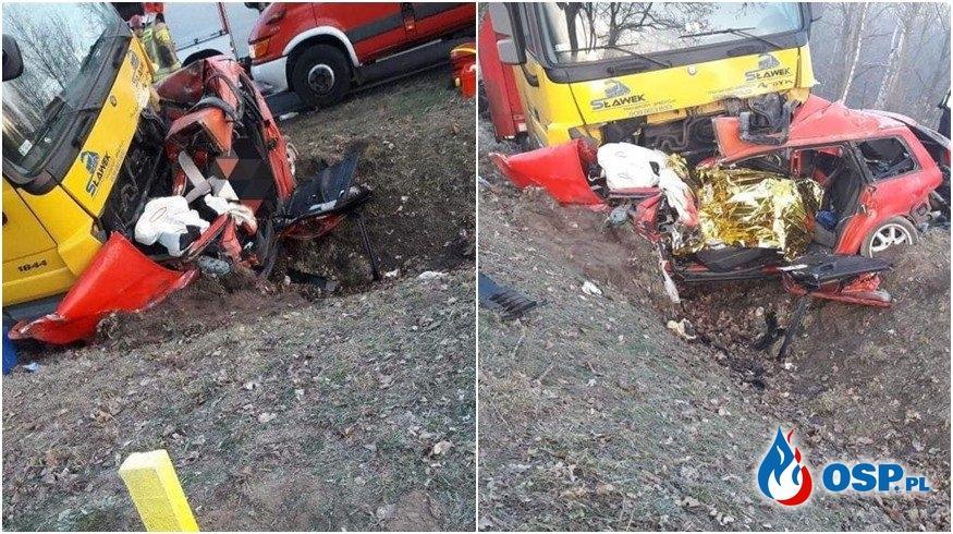 Dwie osoby zginęły w wypadku na DK94. Audi zostało zmiażdżone przez ciężarówkę. OSP Ochotnicza Straż Pożarna