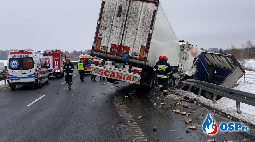Scania uderzyła w DAF-a z piwem. Obie ciężarówki wypadły z drogi. OSP Ochotnicza Straż Pożarna