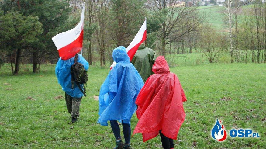 Druhowie na szlaku partyzanckim z okazji Dnia Flagi OSP Ochotnicza Straż Pożarna